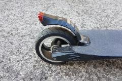 carbon-fiber-a-hordozhato-elektromos-roller-teszt-osszecsukhato-6600mAh-akkumulator-akksi-5.5-colos-kerek-09