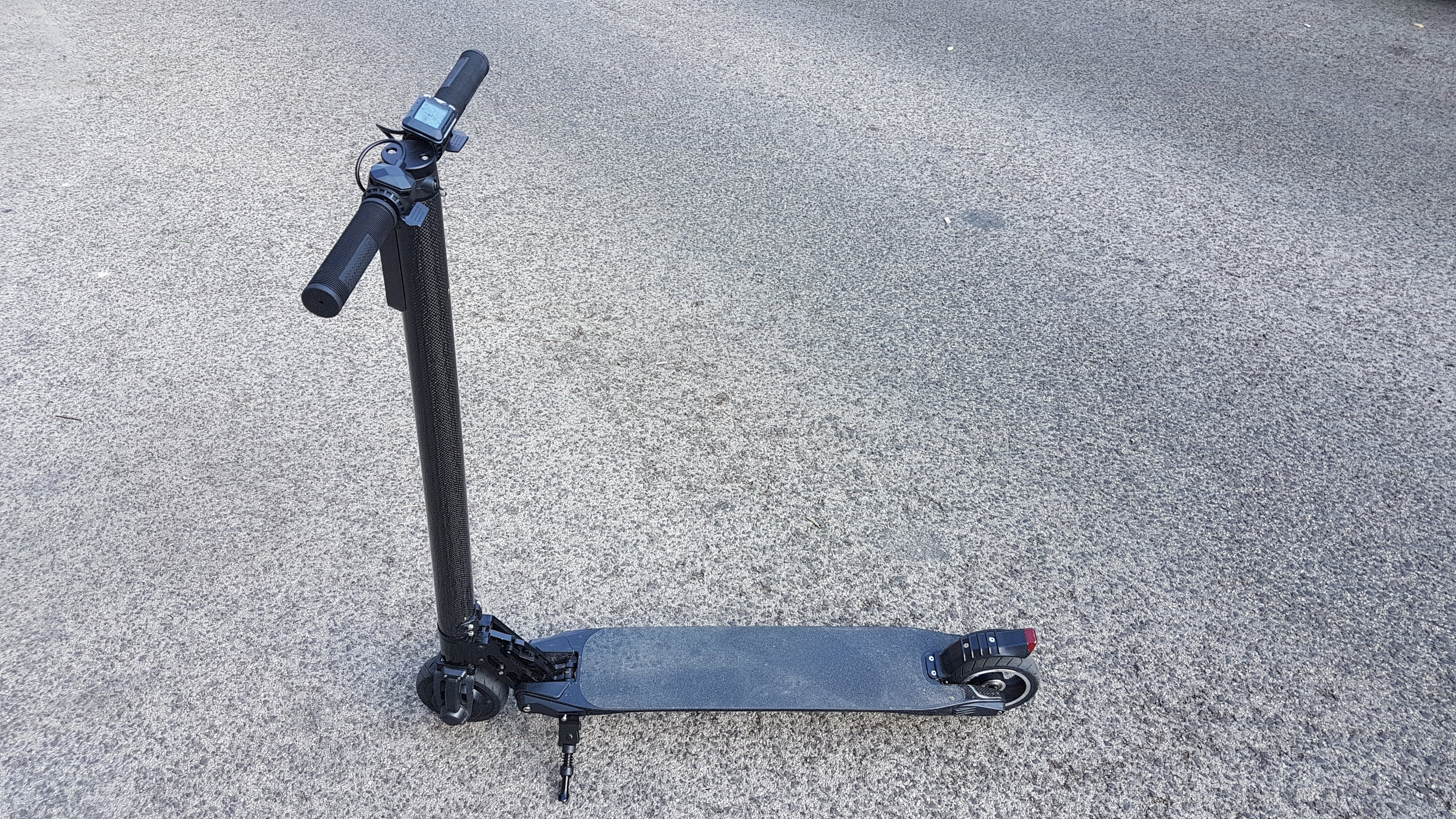 carbon-fiber-a-hordozhato-elektromos-roller-teszt-osszecsukhato-6600mAh-akkumulator-akksi-5.5-colos-kerek-01