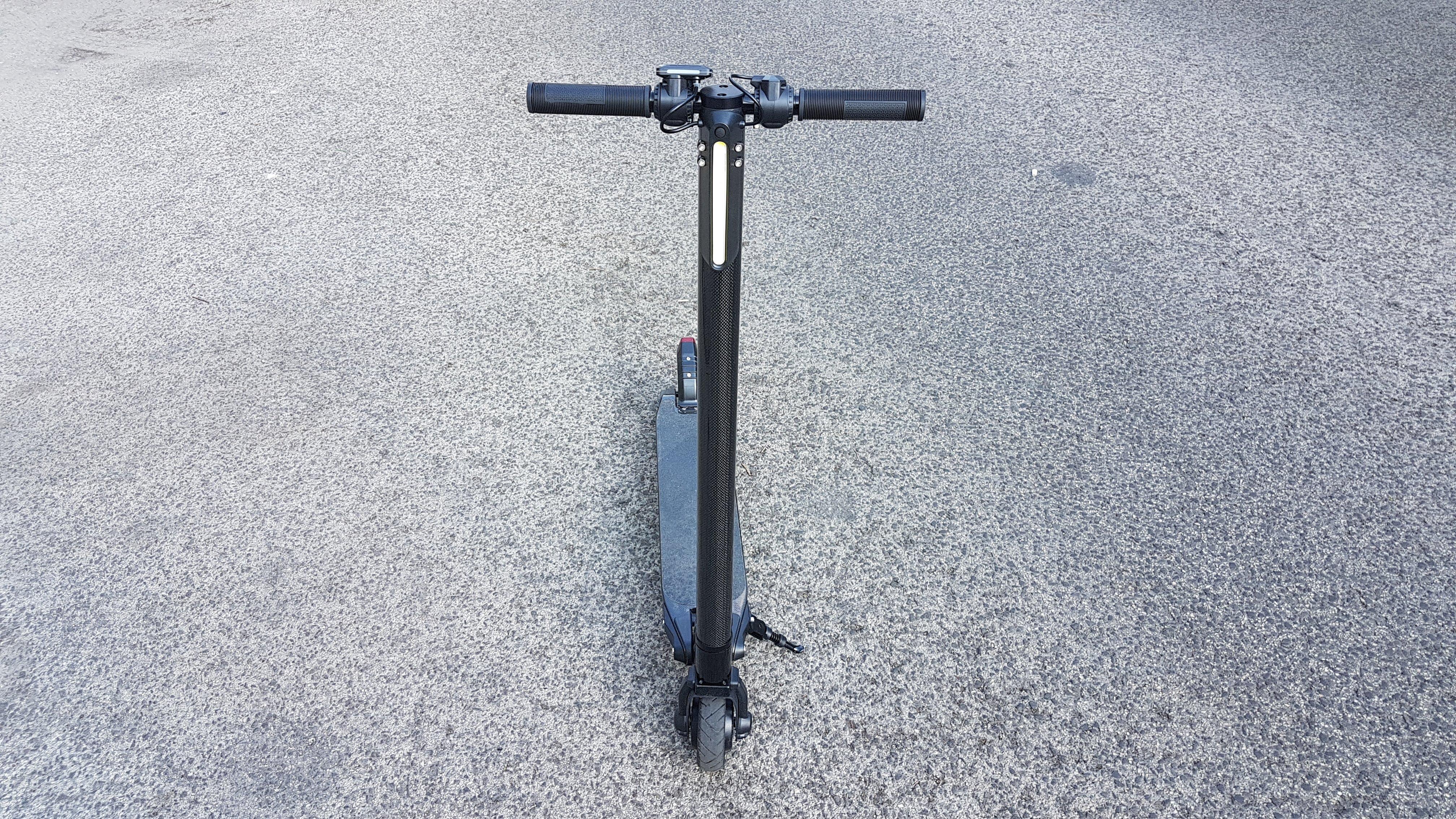 carbon-fiber-a-hordozhato-elektromos-roller-teszt-osszecsukhato-6600mAh-akkumulator-akksi-5.5-colos-kerek-02