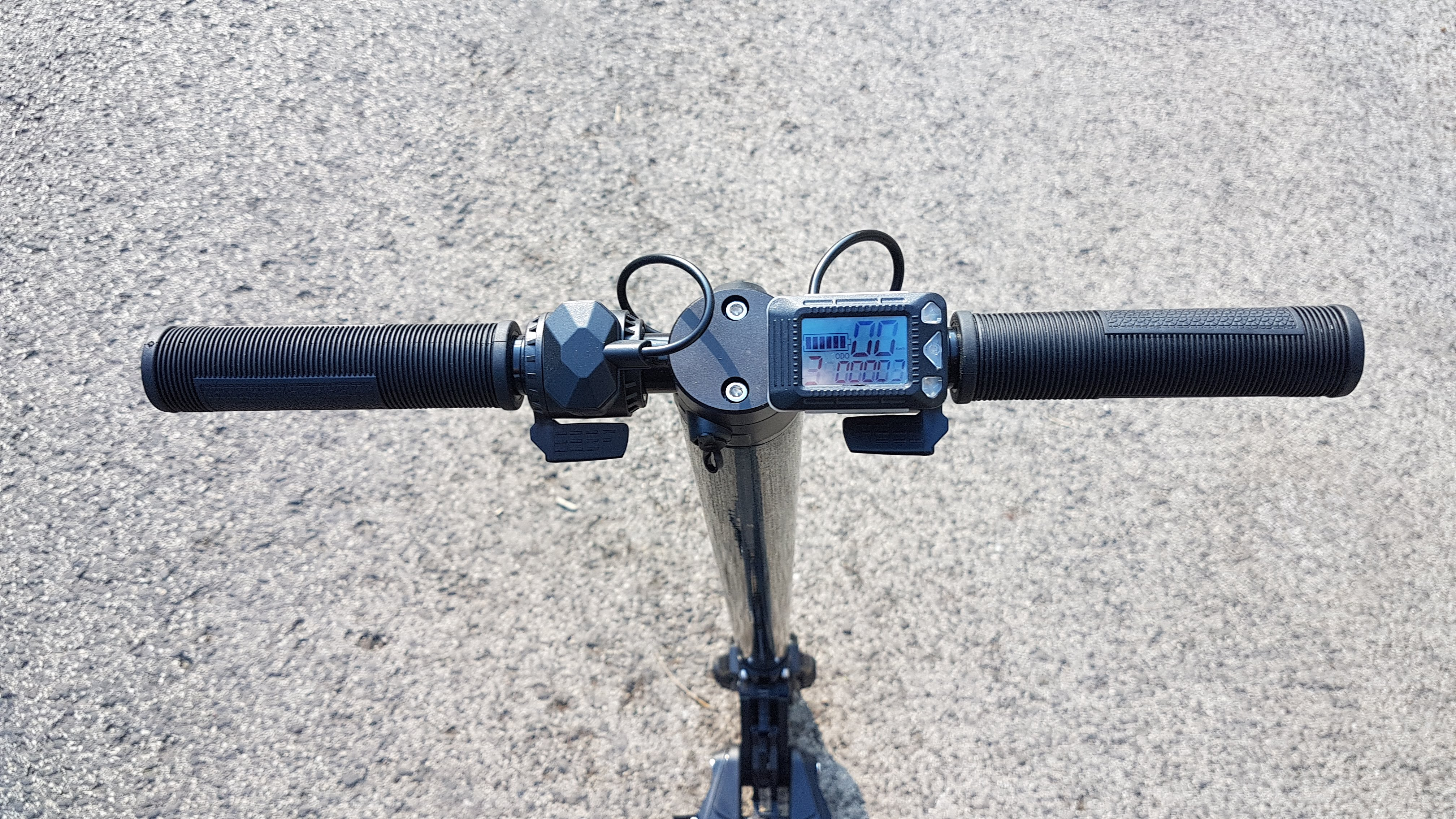 carbon-fiber-a-hordozhato-elektromos-roller-teszt-osszecsukhato-6600mAh-akkumulator-akksi-5.5-colos-kerek-04
