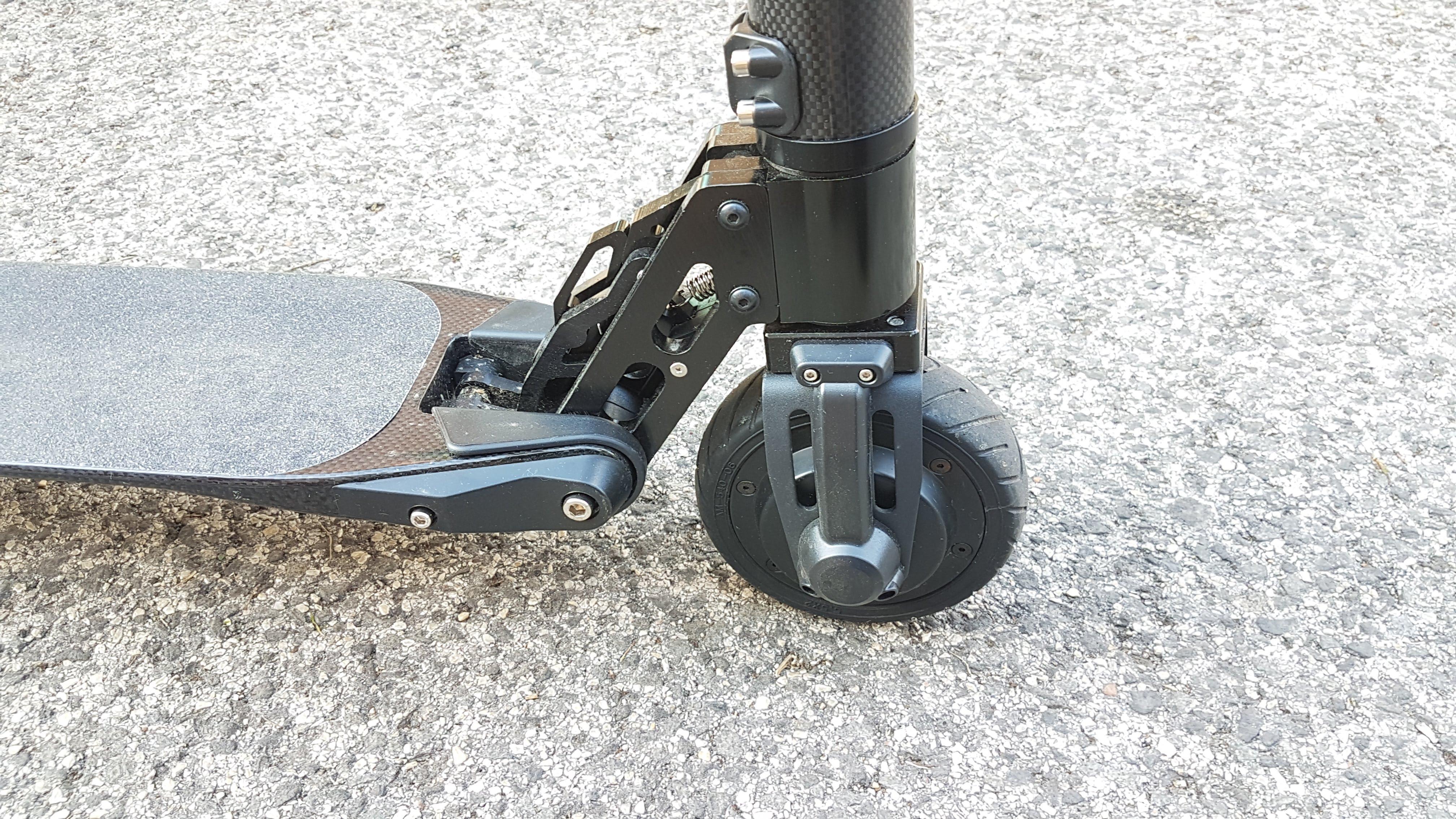 carbon-fiber-a-hordozhato-elektromos-roller-teszt-osszecsukhato-6600mAh-akkumulator-akksi-5.5-colos-kerek-08