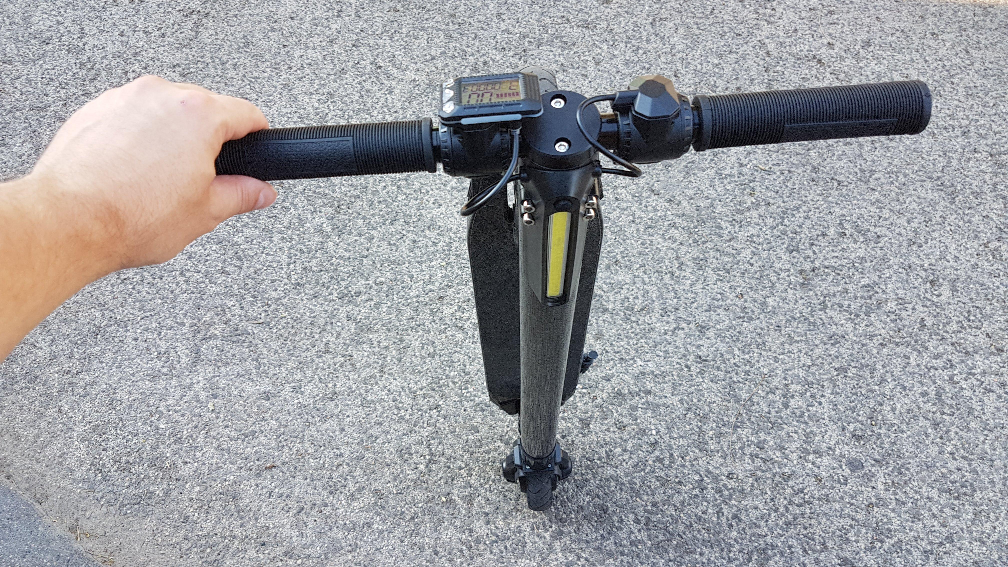 carbon-fiber-a-hordozhato-elektromos-roller-teszt-osszecsukhato-6600mAh-akkumulator-akksi-5.5-colos-kerek-14
