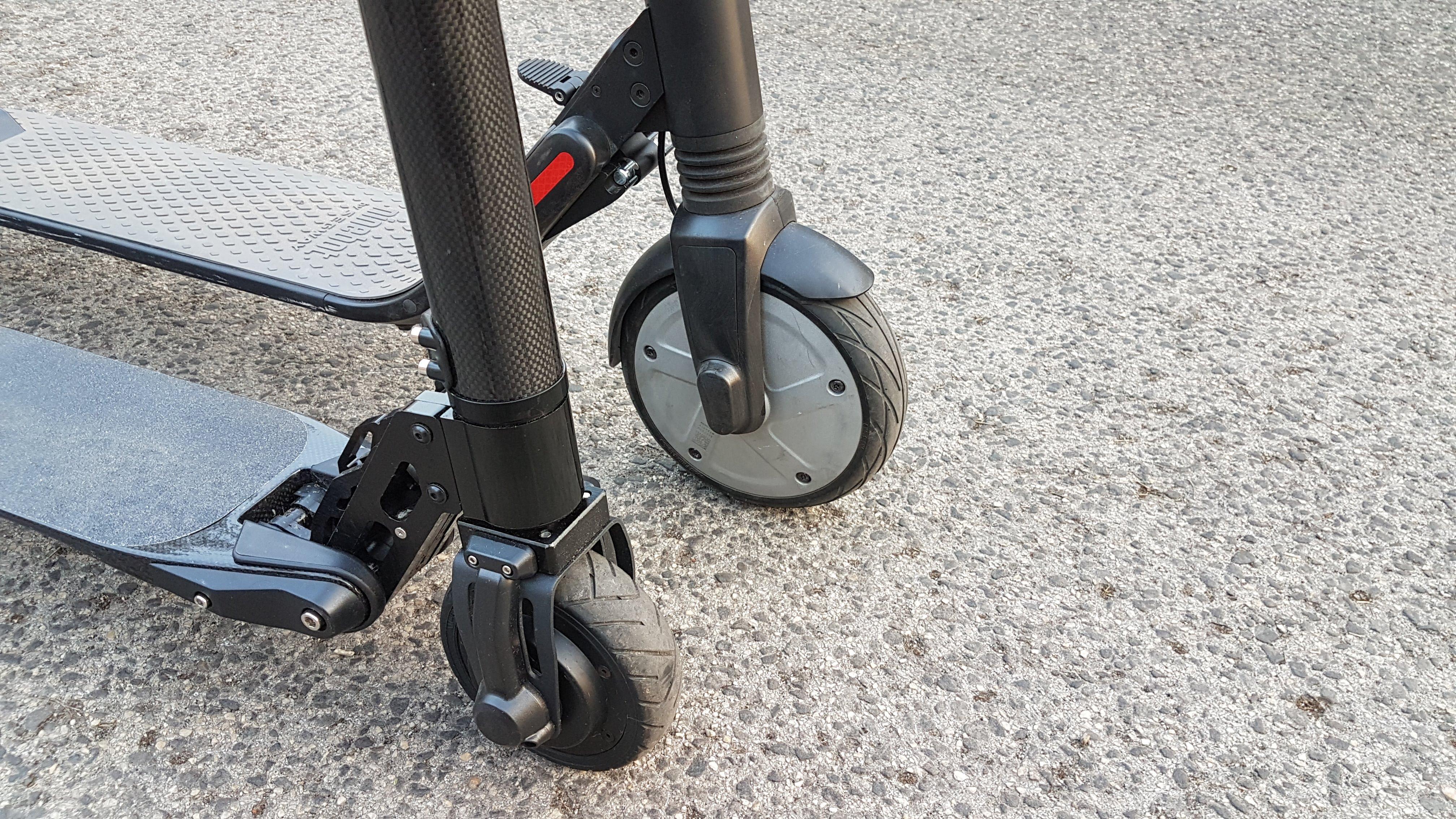 carbon-fiber-a-hordozhato-elektromos-roller-teszt-osszecsukhato-6600mAh-akkumulator-akksi-5.5-colos-kerek-27