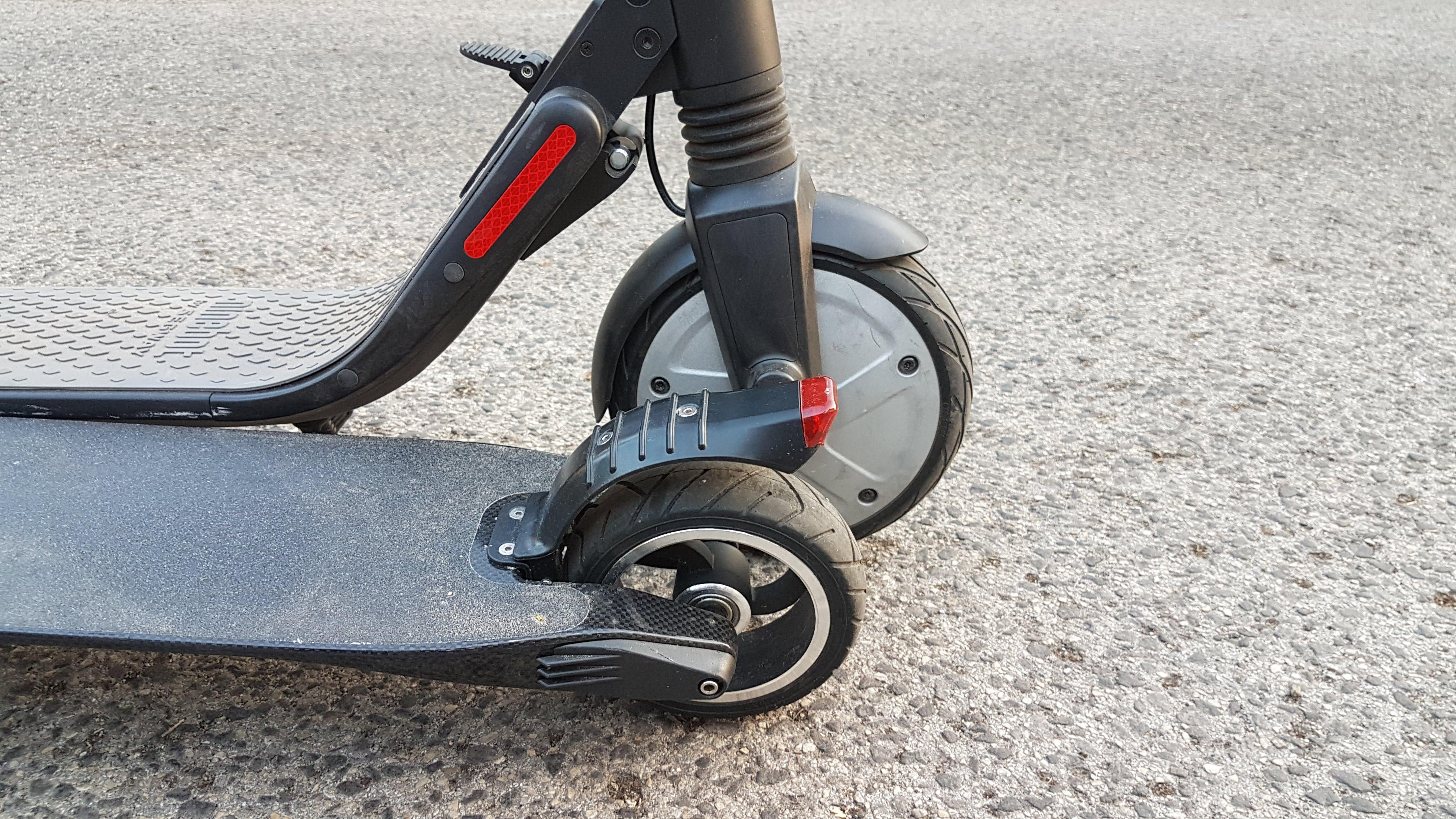 carbon-fiber-a-hordozhato-elektromos-roller-teszt-osszecsukhato-6600mAh-akkumulator-akksi-5.5-colos-kerek-29