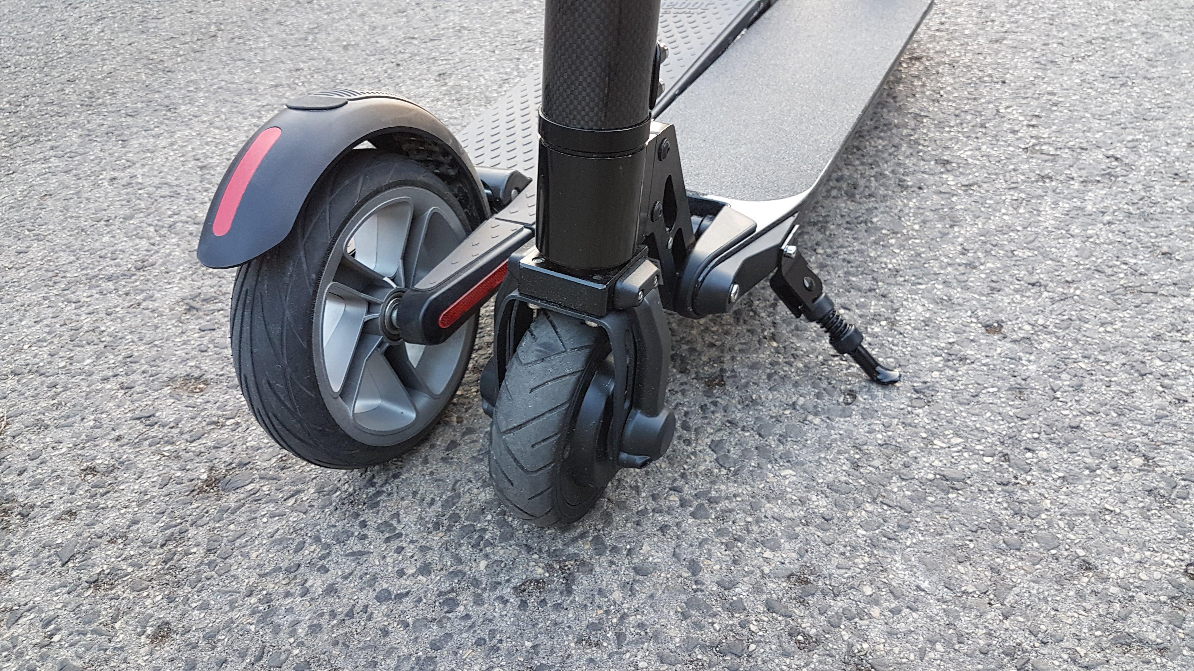 carbon-fiber-a-hordozhato-elektromos-roller-teszt-osszecsukhato-6600mAh-akkumulator-akksi-5.5-colos-kerek-30